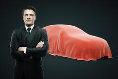 Homem que apresenta o carro novo Fotografia de Stock Royalty Free