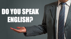 Homem que apresenta a pergunta você fala o inglês? Foto de Stock