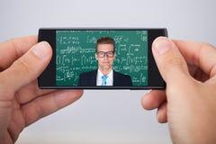Homem que atende à leitura da matemática em linha Foto de Stock