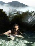 Homem que banha-se em águas tropicais Fotografia de Stock Royalty Free