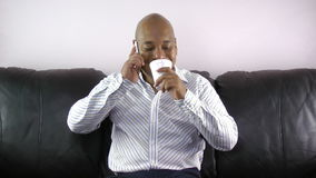 Homem que bebe ao falar no telefone. video estoque