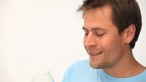 Homem que bebe um vidro do suco de laranja video estoque