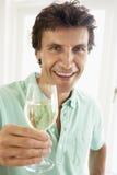 Homem que bebe um vidro do vinho branco imagens de stock