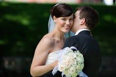 Homem que beija a esposa em mordentes Foto de Stock Royalty Free