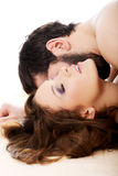Homem que beija a mulher no quarto Fotografia de Stock Royalty Free