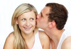 Homem que beija uma mulher bonita Imagens de Stock