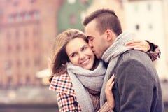 Homem que beija uma mulher em uma data foto de stock royalty free