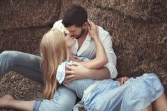 Homem que beija uma mulher no hayloft imagens de stock