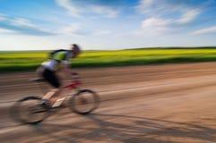 Homem que biking no movimento Fotografia de Stock Royalty Free