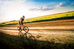 Homem que biking no movimento Fotografia de Stock Royalty Free