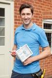 Homem que cabe a luz externo da segurança à casa Imagem de Stock
