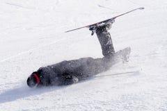 Homem que cai na neve fria no impacto do esqui no recurso de Sierrna Nevada na Espanha no conceito do acidente do esporte de inve imagem de stock