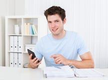 Homem que calcula suas contas Foto de Stock Royalty Free