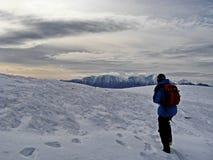 Homem que caminha em montanhas Carpathian Imagem de Stock