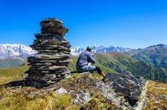 Homem que caminha em montanhas de Geórgia imagem de stock royalty free