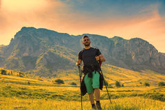 Homem que caminha em montanhas verdes Imagens de Stock Royalty Free