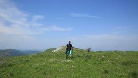 Homem que caminha nas montanhas video estoque