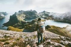 Homem que caminha nas montanhas que apreciam a paisagem de Noruega fotos de stock
