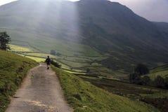 Homem que caminha nas montanhas em Inglaterra Foto de Stock Royalty Free