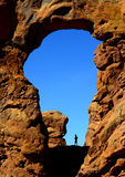 Homem que caminha no parque nacional dos arcos Foto de Stock