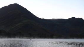 Homem que Canoeing no lago Buttermere antes do nascer do sol filme
