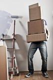 Homem que carreg caixas empilhadas Foto de Stock