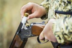 Homem que carrega o close up de cano duplo do rifle da caça foto de stock