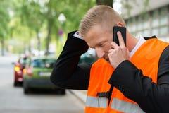 Homem que chama o telefone celular após o acidente de trânsito Foto de Stock