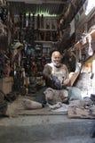 Homem que cinzela ornamento em África Foto de Stock