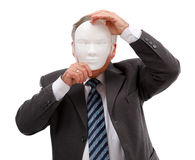 Homem que cobre sua face com a máscara Fotos de Stock