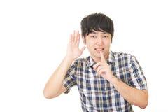 Homem que coloca o dedo nos bordos imagens de stock