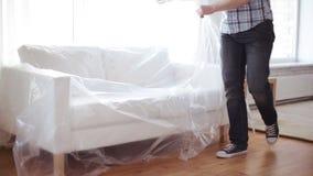 Homem que coloca o sofá novo em casa vídeos de arquivo