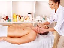 Homem que começ a massagem facial. fotografia de stock