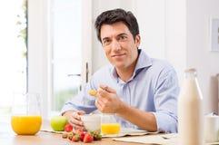Homem que come o café da manhã Imagem de Stock Royalty Free