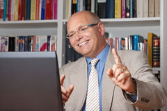 Homem que comemora na frente do computador Imagens de Stock