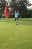 Homem que comemora o tiro de golfe - vertical Fotografia de Stock