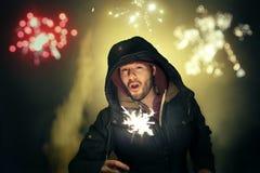 Homem que comemora a véspera de Ano Novo com fogos de artifício fotos de stock