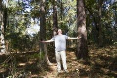 Homem que communing com a natureza Fotografia de Stock