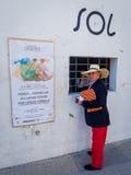 Homem que compra Bull Ring Ticket na Espanha Fotos de Stock Royalty Free