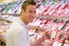 Homem que compra a carne fresca Fotografia de Stock Royalty Free