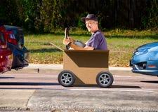 Homem que conduz caixa movente do dia Fotografia de Stock Royalty Free