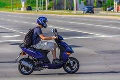 Homem que conduz em um 'trotinette' Fotografia de Stock Royalty Free