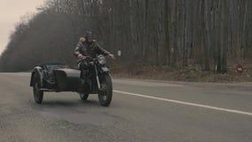 Homem que conduz em uma motocicleta retro video estoque