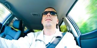 Homem que conduz o carro fotografia de stock