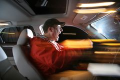 Homem que conduz o carro Imagem de Stock Royalty Free