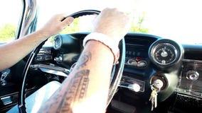 Homem que conduz o carro vídeos de arquivo