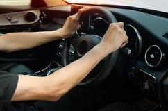 Homem que conduz o carro fotos de stock royalty free