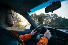 Homem que conduz o carro na névoa fotografia de stock royalty free