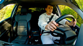 Homem que conduz um carro Fotos de Stock Royalty Free