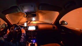 Homem que conduz um carro com navegação dos gps filme